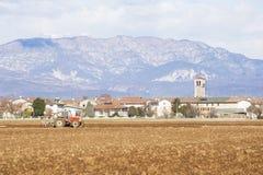 Landwirtschaftliche Landschaft mit dem Traktorpflügen Stockbild