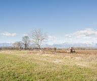 Landwirtschaftliche Landschaft mit dem Traktorpflügen Stockfoto