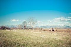 Landwirtschaftliche Landschaft mit dem Traktorpflügen Lizenzfreie Stockbilder