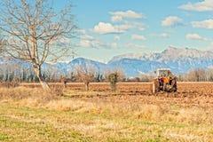 Landwirtschaftliche Landschaft mit dem Traktorpflügen Stockfotos