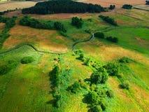 Landwirtschaftliche Landschaft mit Fluss-, Baum-, Wiesen- und Weizenfeld, Vogelperspektive Stockfotos
