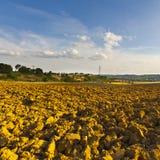 Landwirtschaftliche Landschaft mit gepflogenem Feld Lizenzfreie Stockbilder