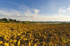 Landwirtschaftliche Landschaft mit gepflogenem Feld Lizenzfreies Stockbild