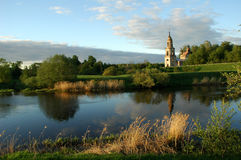 landwirtschaftliche Landschaft mit Kirche. Stockbilder