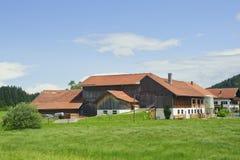 Landwirtschaftliche Landschaft mit schönem Bauernhofhaus Lizenzfreies Stockbild