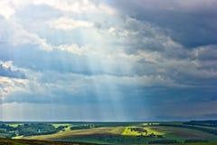 Landwirtschaftliche Landschaft mit Sunbeam Stockbilder