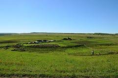 Landwirtschaftliche Landschaft Sibirisches Dorf Geerntete Heurollen Holzhäuser mit Gärten Stockfotografie