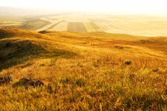 Landwirtschaftliche Landschaft am Sonnenuntergang Stockfoto