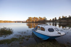 Landwirtschaftliche Landschaft am Sonnenuntergang See im Herbst Lizenzfreies Stockbild