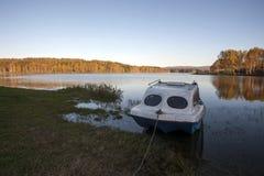 Landwirtschaftliche Landschaft am Sonnenuntergang See im Herbst Lizenzfreie Stockfotografie