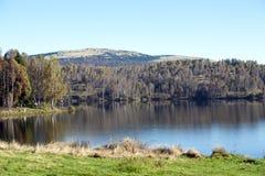 Landwirtschaftliche Landschaft am Sonnenuntergang See im Herbst Lizenzfreie Stockfotos