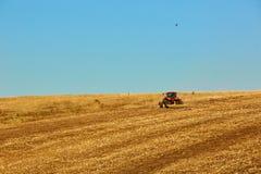 Landwirtschaftliche Landschaft Traktor, der an arbeitet Lizenzfreies Stockfoto