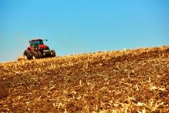 Landwirtschaftliche Landschaft Traktor, der an arbeitet Lizenzfreie Stockfotos