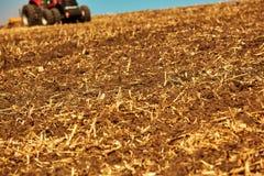 Landwirtschaftliche Landschaft Traktor, der an arbeitet Stockbild