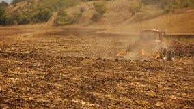 Landwirtschaftliche Landschaft Traktor, der an arbeitet Stockfoto
