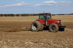 Landwirtschaftliche Landschaft. Traktor, der die Felder pflügt Lizenzfreie Stockfotografie