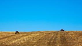 Landwirtschaftliche Landschaft Traktoren, die an arbeiten Lizenzfreies Stockfoto