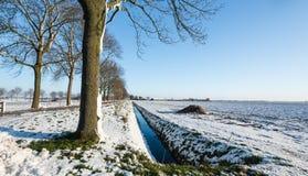 Landwirtschaftliche Landschaft umfasst mit einer Schneeschicht Stockfotos