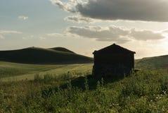 Landwirtschaftliche Landschaft und alte Hütte Stockfotografie