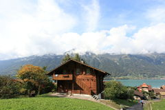 Landwirtschaftliche Landschaft von der Schweiz in Iseltwald Stockfotos
