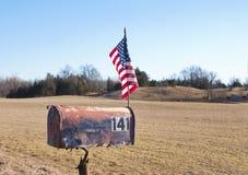 Landwirtschaftliche Mailbox mit amerikanischer Flagge stockfotografie