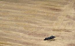 Landwirtschaftliche Maschine auf dem Gebiet Stockfotografie