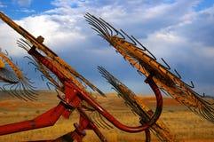 Landwirtschaftliche Maschinen bei Sonnenuntergang Lizenzfreie Stockbilder