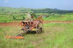 landwirtschaftliche Maschinen und farbiger Wagen Lizenzfreie Stockfotografie