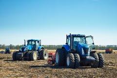 Landwirtschaftliche Maschinerie auf dem Feld Stockbilder