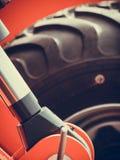 Landwirtschaftliche Maschinerie der ausführlichen Nahaufnahme, große Reifen Lizenzfreies Stockbild