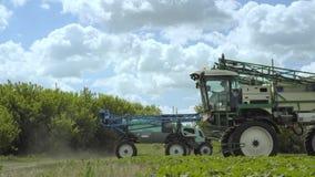 Landwirtschaftliche Maschinerie Schwere Landwirtschaftsausrüstung Landwirtschaftlicher Sprüher stock footage