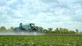 Landwirtschaftliche Sprüherbewässerungsanlage auf Landwirtschaftsfeld Landwirtschaftsmaschinerie stock video