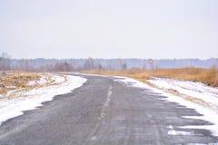 Landwirtschaftliche Straße des Winters Landstraße unter bereiften Bäumen stockbild
