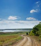 Landwirtschaftliche Straße nahe Fluss Lizenzfreie Stockfotografie