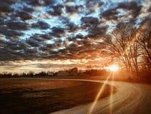 Landwirtschaftliche Straße am Sonnenuntergang lizenzfreies stockfoto