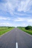 Landwirtschaftliche Straße und bewölkter Himmel Lizenzfreie Stockfotos