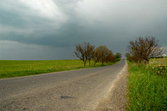 Landwirtschaftliche Straße vor Gewitter Stockfotos