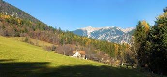 Landwirtschaftliche Szene des Herbstes in den österreichischen Alpen Stockbild