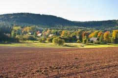 Landwirtschaftliche Szene mit gepflogenem Feld Lizenzfreie Stockbilder