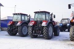 Landwirtschaftliche Traktoren im Winterspeicher Stockbilder