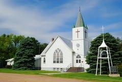 Landwirtschaftliche weiße Kirche Stockfotografie