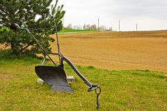 Landwirtschaftlicher manueller Pflug auf dem Gras Stockbilder