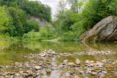Landwirtschaftlicher ruhiger Fluss Aare, die Schweiz Stockbild