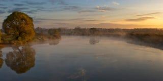 Landwirtschaftlicher Sonnenaufgang des Herbstes mit Baum und Fluss Lizenzfreies Stockbild