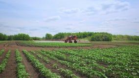 Landwirtschaftlicher Sprüher auf Landwirtschaftsfeld-Bewässerungsanlage Landwirtschaftsmaschinerie stock footage