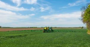 Landwirtschaftlicher Sprüher in einer holländischen Landschaft stockbilder
