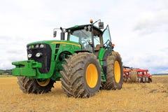 Landwirtschaftlicher Tractorand Landwirt John Deeres 8430 Stockbild