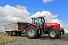 Landwirtschaftlicher Traktor Massey Ferguson 7465 geparkt durch Feld Lizenzfreie Stockfotos
