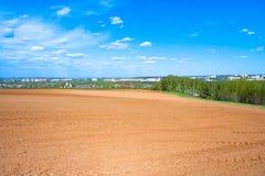 Landwirtschaftliches Ackerlandfeld im Frühjahr für Ernten Stockbild
