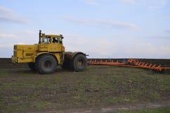 Landwirtschaftliches Auto auf dem Gebiet Lizenzfreies Stockfoto